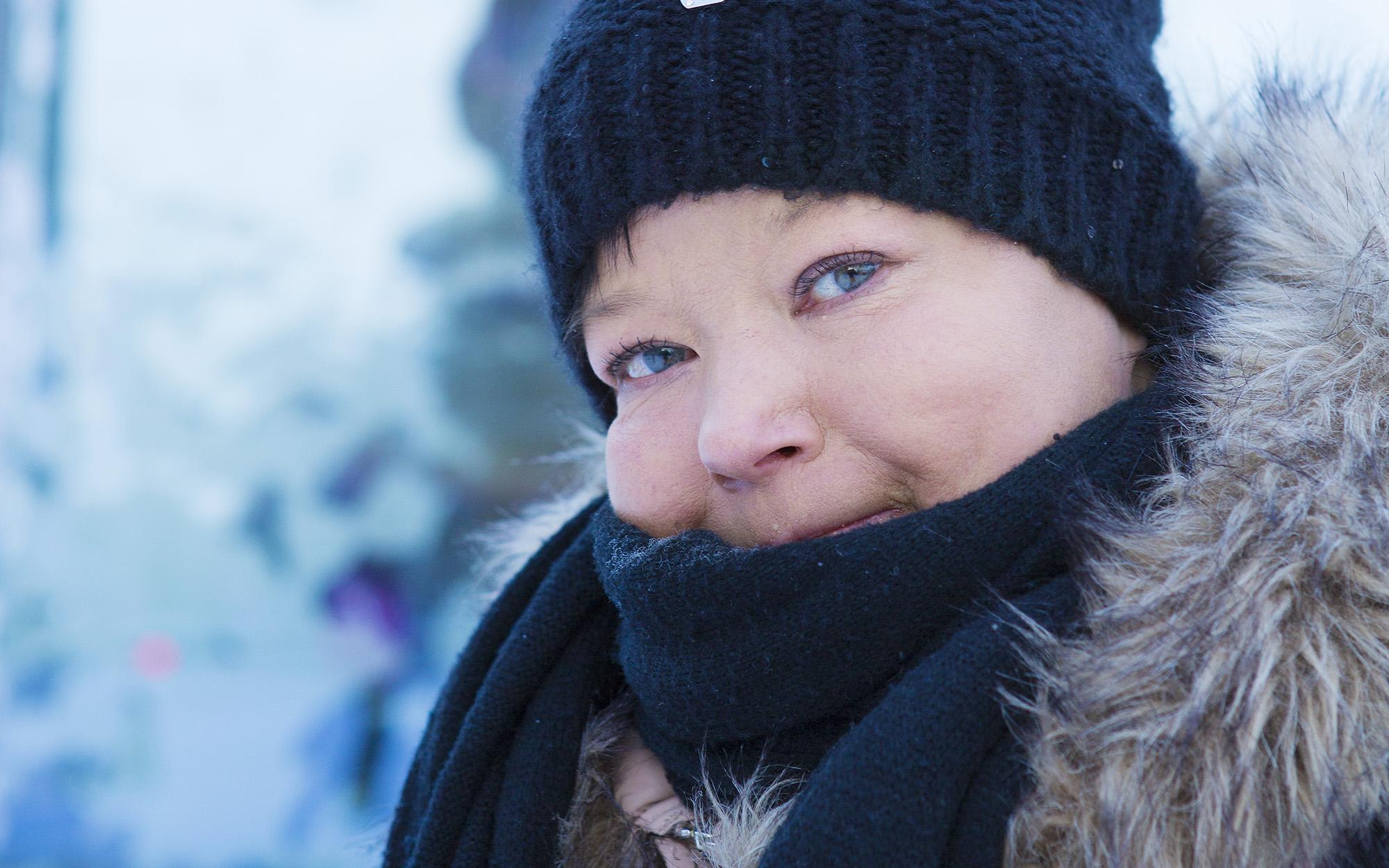 Sari Leppänen hymyilee ja katsoo kohti kameraa.