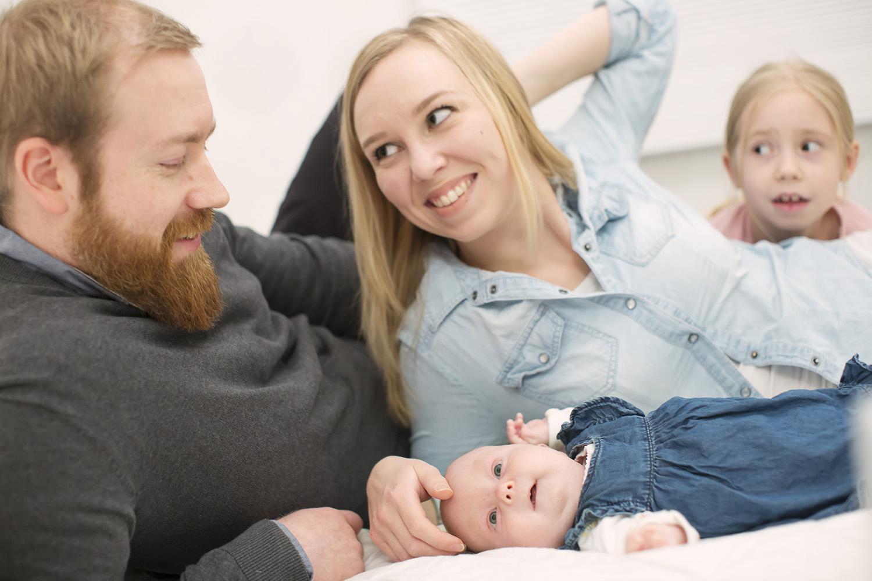 Vauva Hilda Tolonen ja isä, äiti ja sisko.