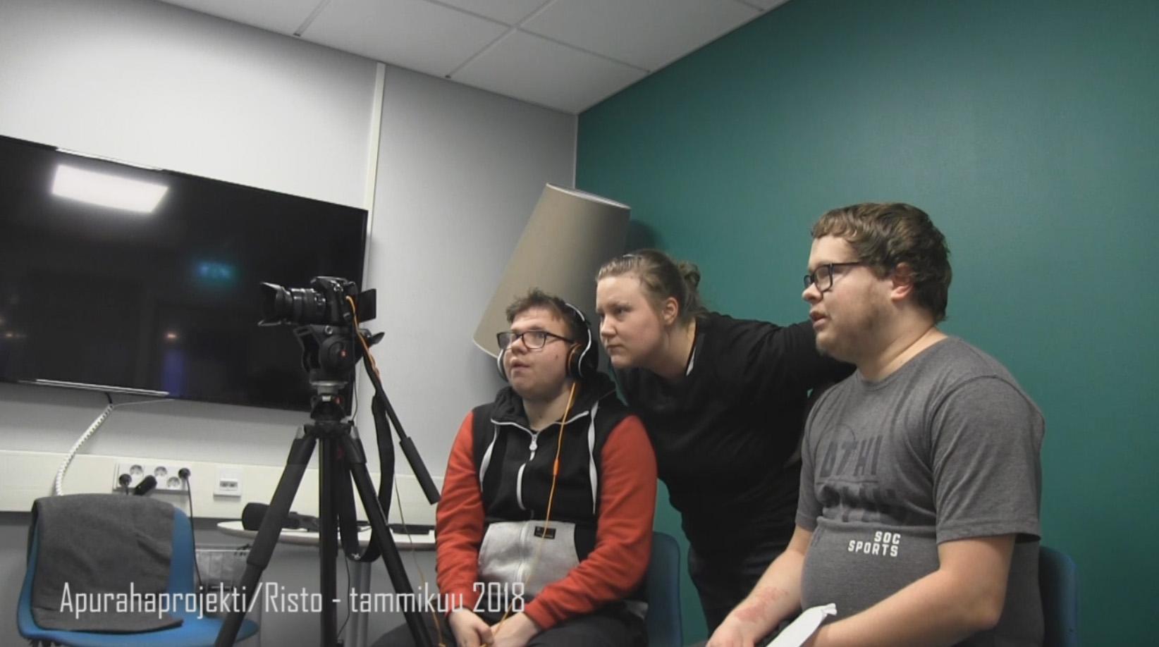Riku Seppälä, Jonna Nieminen ja Joona Laiho haastattelevat Risto Burmania.