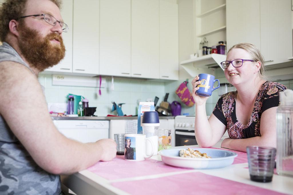 Jussi Jaatinen ja Niina Puustinen keittiönpöydän ääressä.