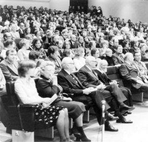 Finlandia-talon konsertissa eturivissä presidentti Urho Kekkonen ja sisar Aino Miettinen.