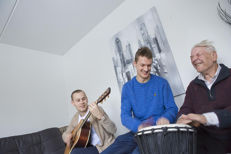 Jere Virinsalo, Oskari Savolainen ja Risto Mäentie musisoivat.