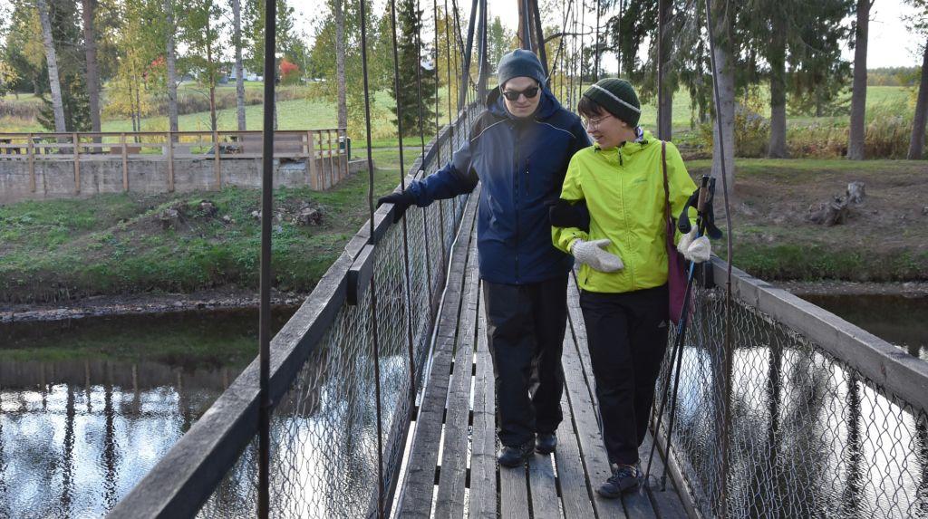 Riippusiltaa ylitetään Voimaa vertaisuudesta -lomalla Iisalmen Runnissa syksyllä 2018