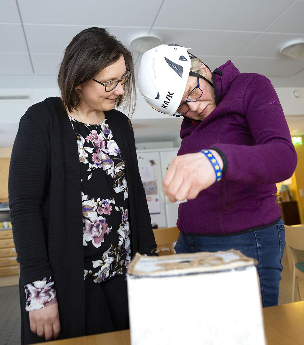 Miia Pitkänen (oik.) harjoittelee äänestämistä ja Elina Vainio tukee häntä.