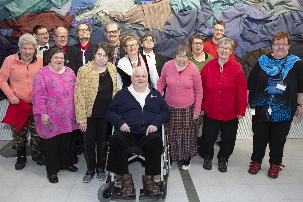 Me Its ry:n perustajajäseniä yhteiskuvassa 20 vuoden jälkeen.