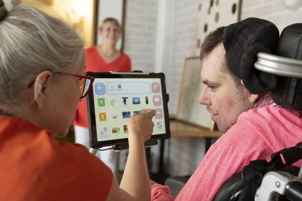 Jansku käyttää katseohjattavaa tietokonetta.