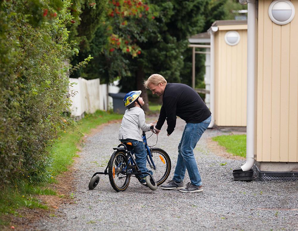 Juha pyörän päällä, Petteri vieressä.