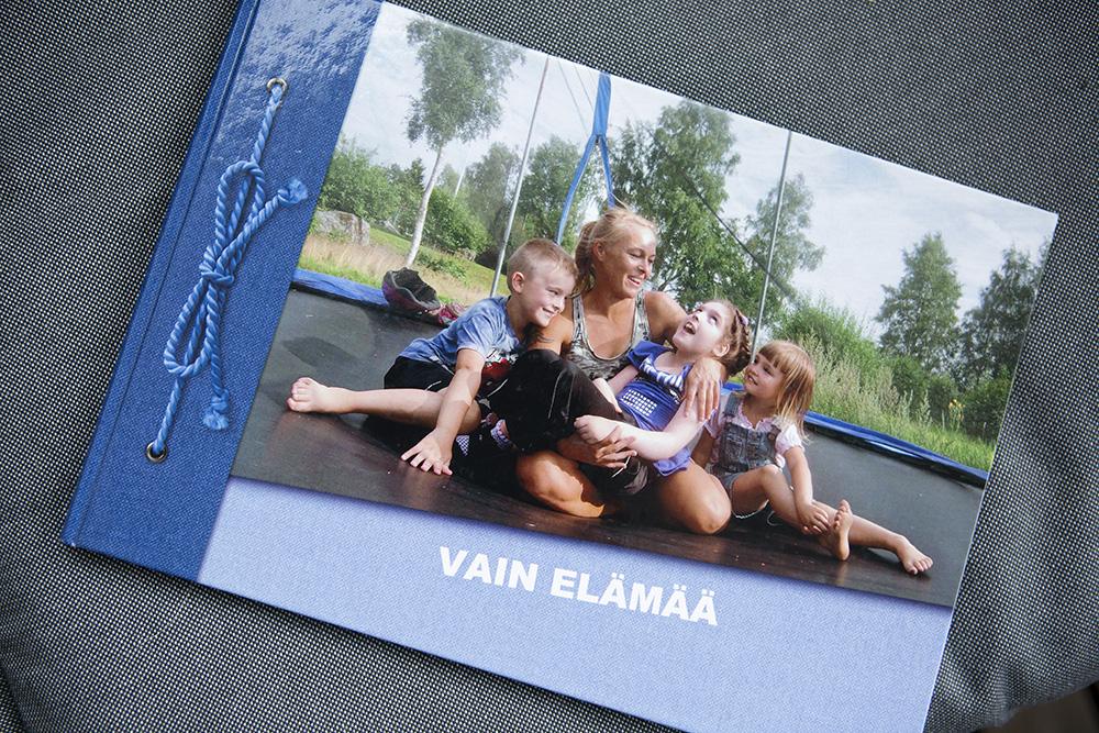 Valokuva trampoliinihetkestä Saran kanssa.