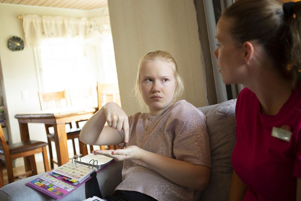 Siiri Federly ja puhetulkki Mari Syvälä