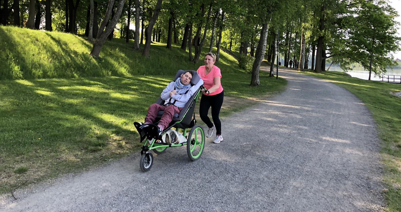 Janne-Matti Koskinen osallistuu Parkrun-tapahtumaan Kangoo-maastorattaiden avulla yhdessä äitinsä Tuire Koskisen kanssa.