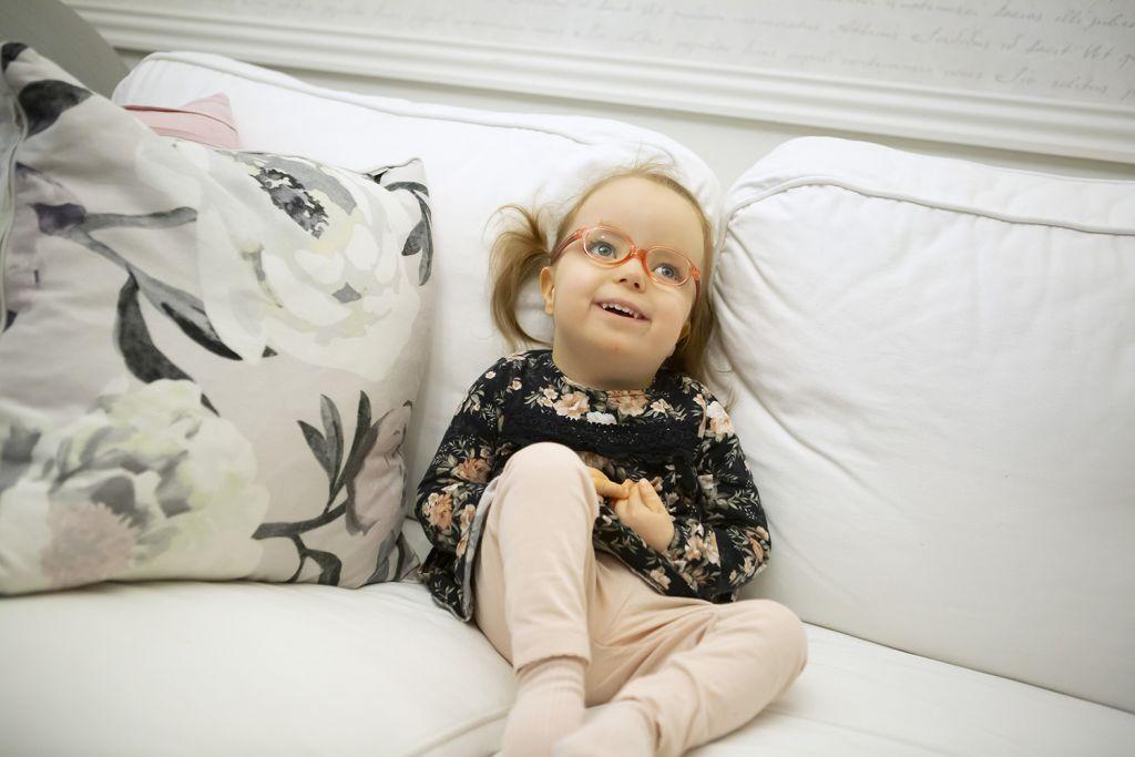 Hilda makoilee sohvalla