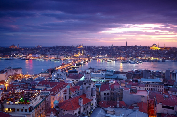 Historic district of Istanbul at night (photo: oceanmagazine)