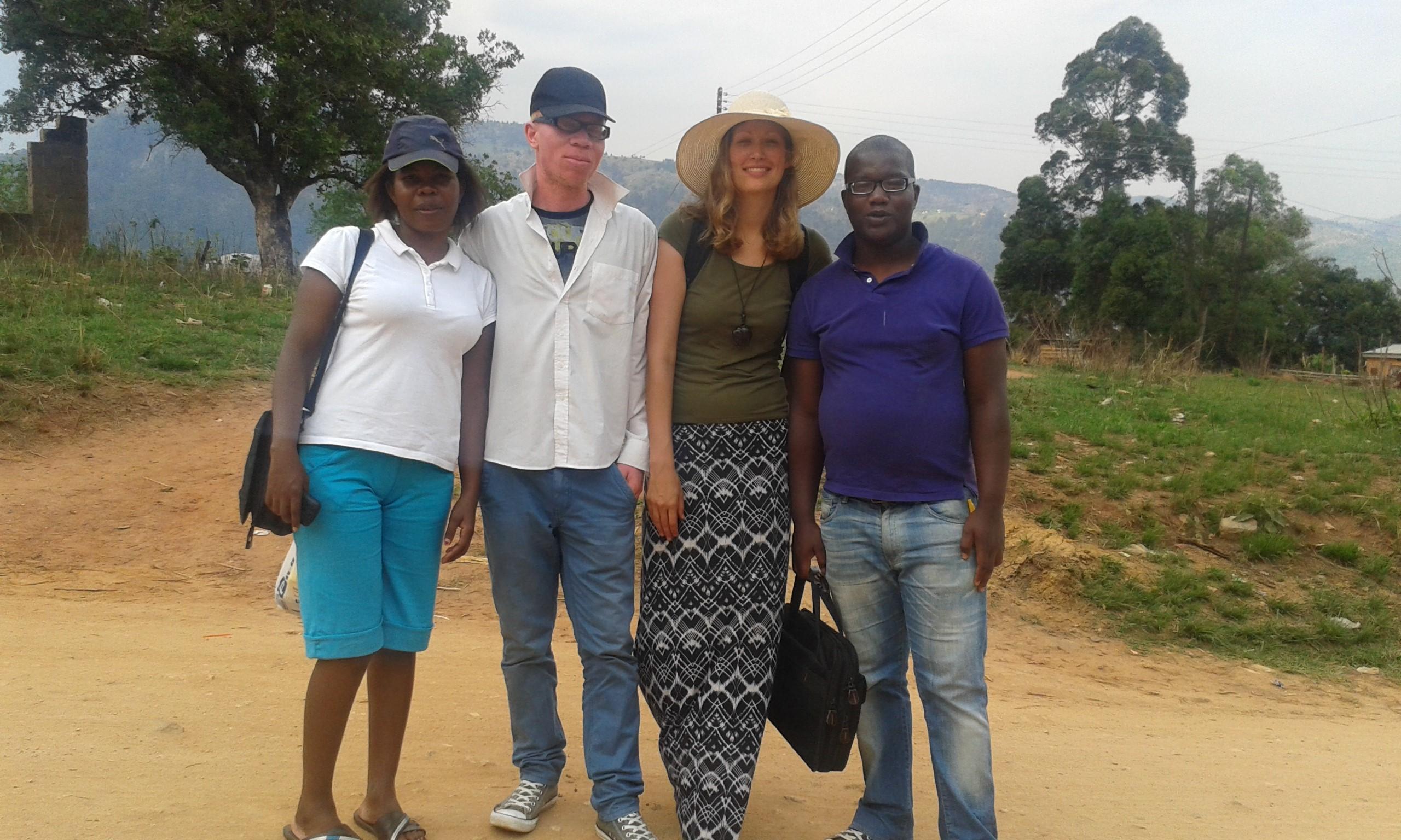 Green Living Movement Swaziland -vapaaehtoiset monitorointi ja evaluointi vierailulla Mnyamatsinissa. Vasemmalta oikealle: Siphiwe Malambe, Shawn Reeds, Katja Kivikoski ja Wandile Dlamini