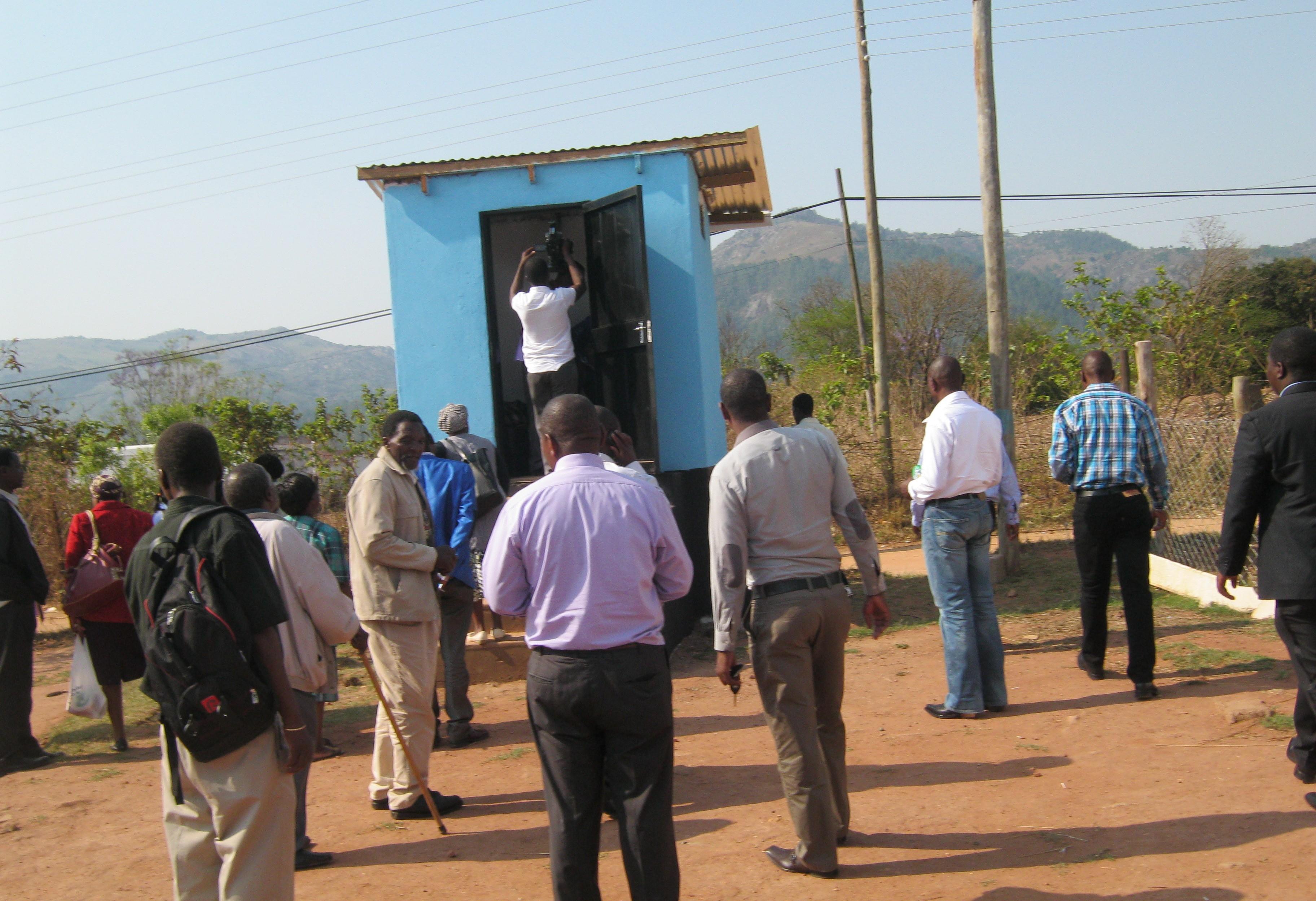Päättäjille ja medialle suunnatun työpajan osallistujat tutustumassa kuivakäymälään Mnyamatsinissa (Kuva: Siphiwe Malambe)