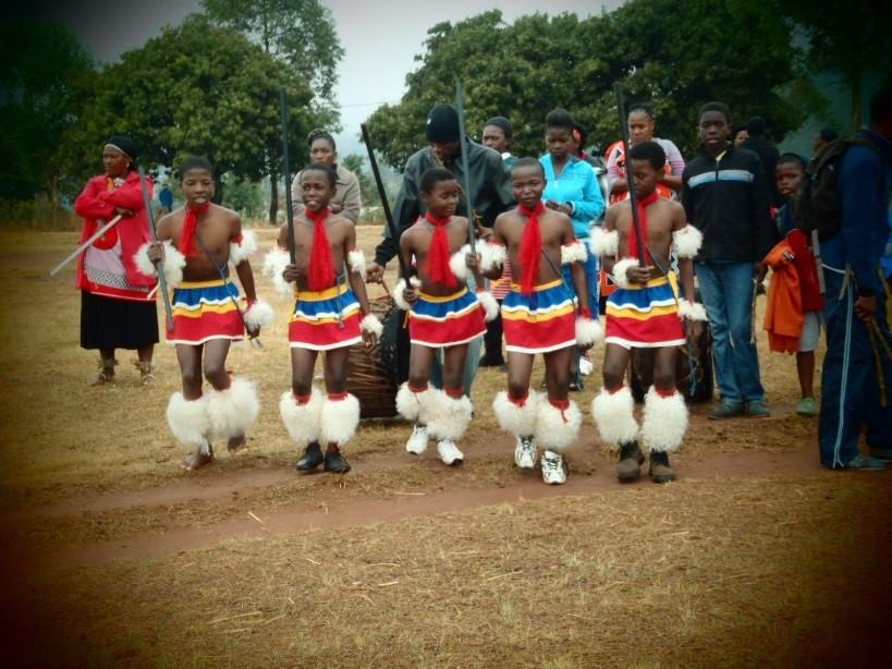 Swazi-poikien perinteinen tanssi. Kuva: Lotta Eriksson