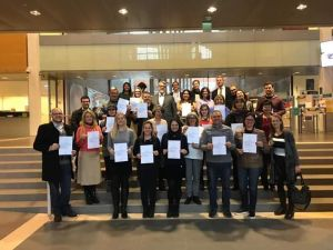 Staff of Brazilian higher education institutions with their certificates from innovation pedagogy training