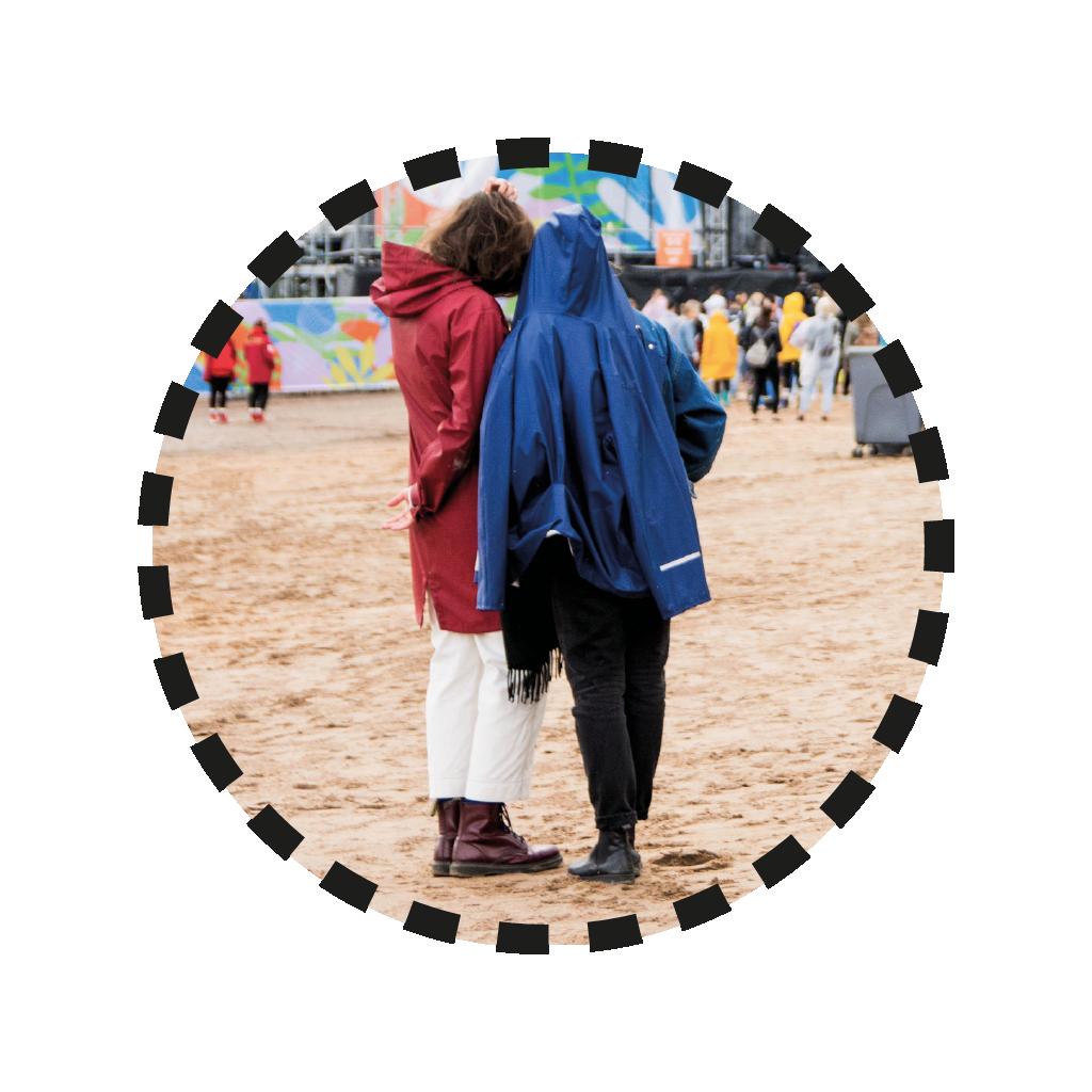 tyttö ja poika seisovat lähekkäin sadetakit päällä