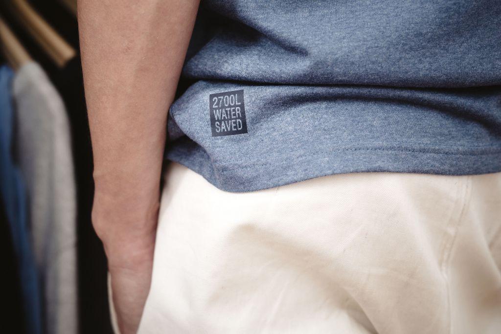 Pure Wasten sininen paita, jossa lukee 2700 water saved.