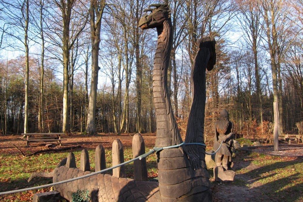 Puinen pinta kutsuu käsiä tunnustelemaan materiaalia, etsimään sileää ja rosoista. Tämäntyyppisen patsaan kyytiin mahtuu monta lasta, ja patsaan aihe palvelee puiston mahdollista tarinallisuutta sekä tukee mielikuvitusleikkejä. Kuvan patsaaseen on kiinnitetty köysi, joka johdattaa näkövammaisia puiston käyttäjiä leikkivälineeltä toiselle. Kuva: Jere Kuusinen, SAMK