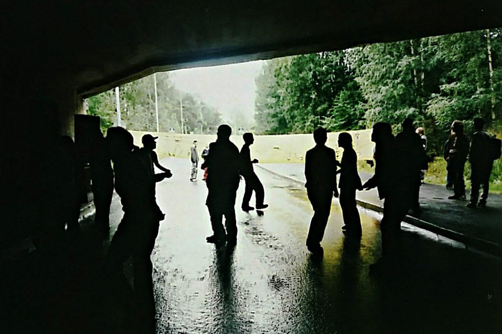 Nuoret ovat tiellä? Reclaim the streets -tapahtuma käynnistymässä Jyväskylässä vuonna 1998. Kuva: Pirita Juppi.