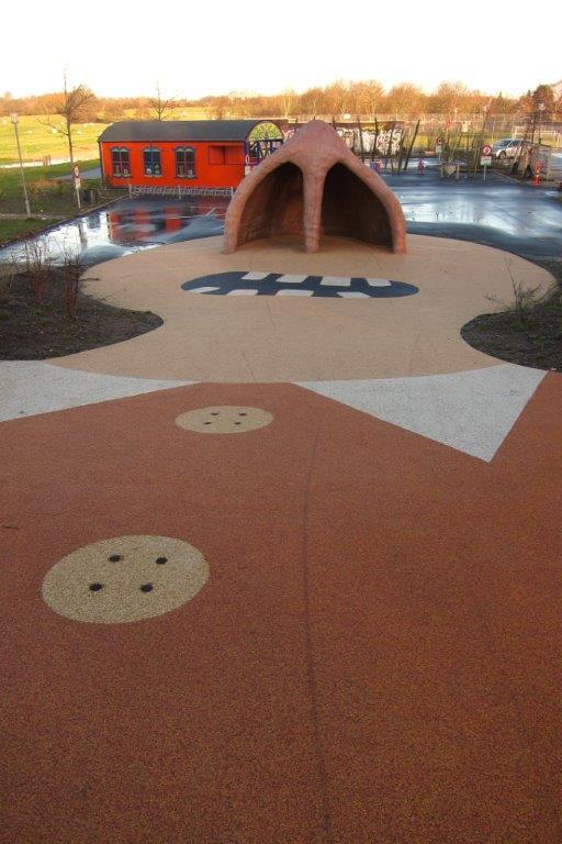 Puistoa hallitsee hahmo, jonka nenä toimii sekä sateensuojana, piilopaikkana, seikkailuluolana että kiipeilykohteena. Turva-alusta soveltuu esimerkiksi pyöräilyyn, rullaluisteluun ja potkulautailuun, mutta auttaa myös pyörätuolin käyttäjää liikkumaan puistossa.