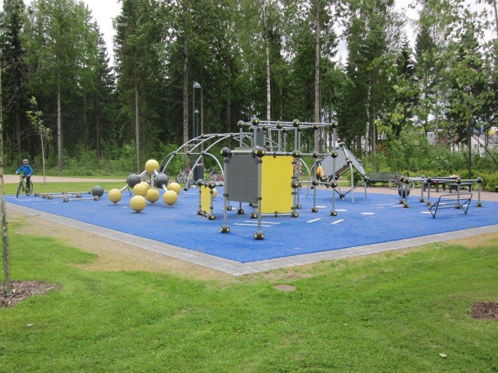Vauhtia ja voimakkaita aistielämyksiä kaipaavat puistokävijät innostuvat parkour-puistosta tai -alueesta.