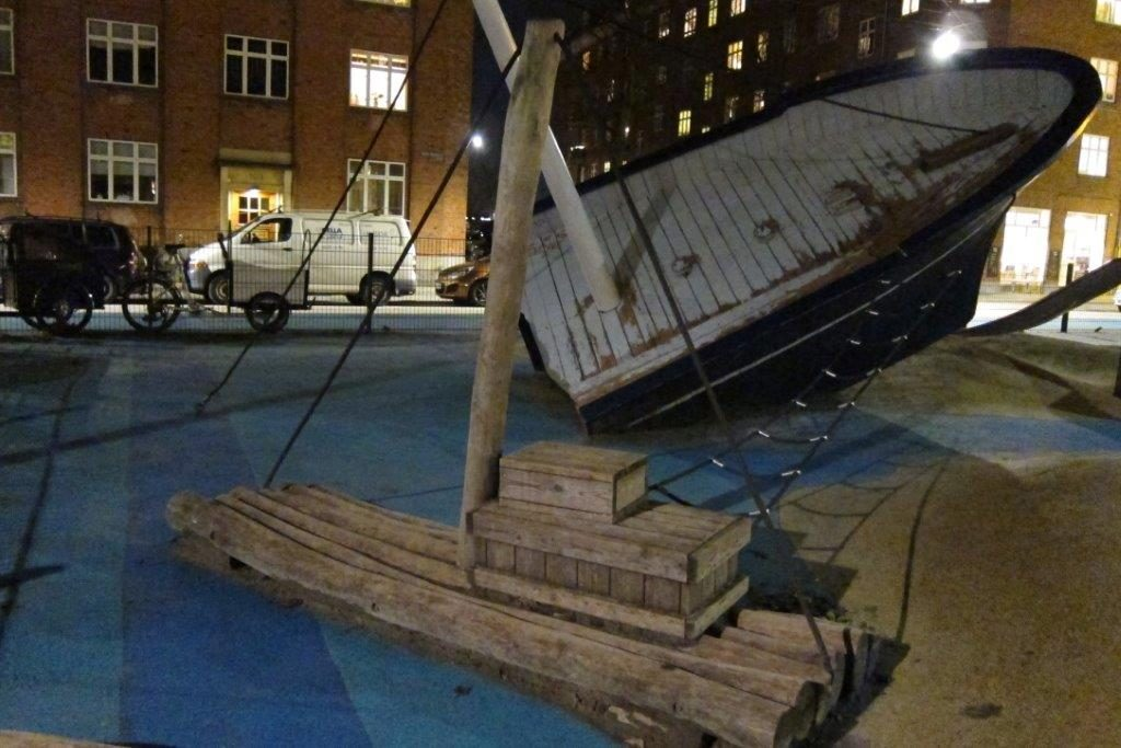 Laivan hylky kutkuttaa mielikuvitusta ja tuo tarinallisuutta leikkipuistoon. Ylös kiipeäminen tarjoaa haastetta sitä kaipaaville, mutta leikkeihin pystyy osallistumaan myös esteettömästi köysitasolta.