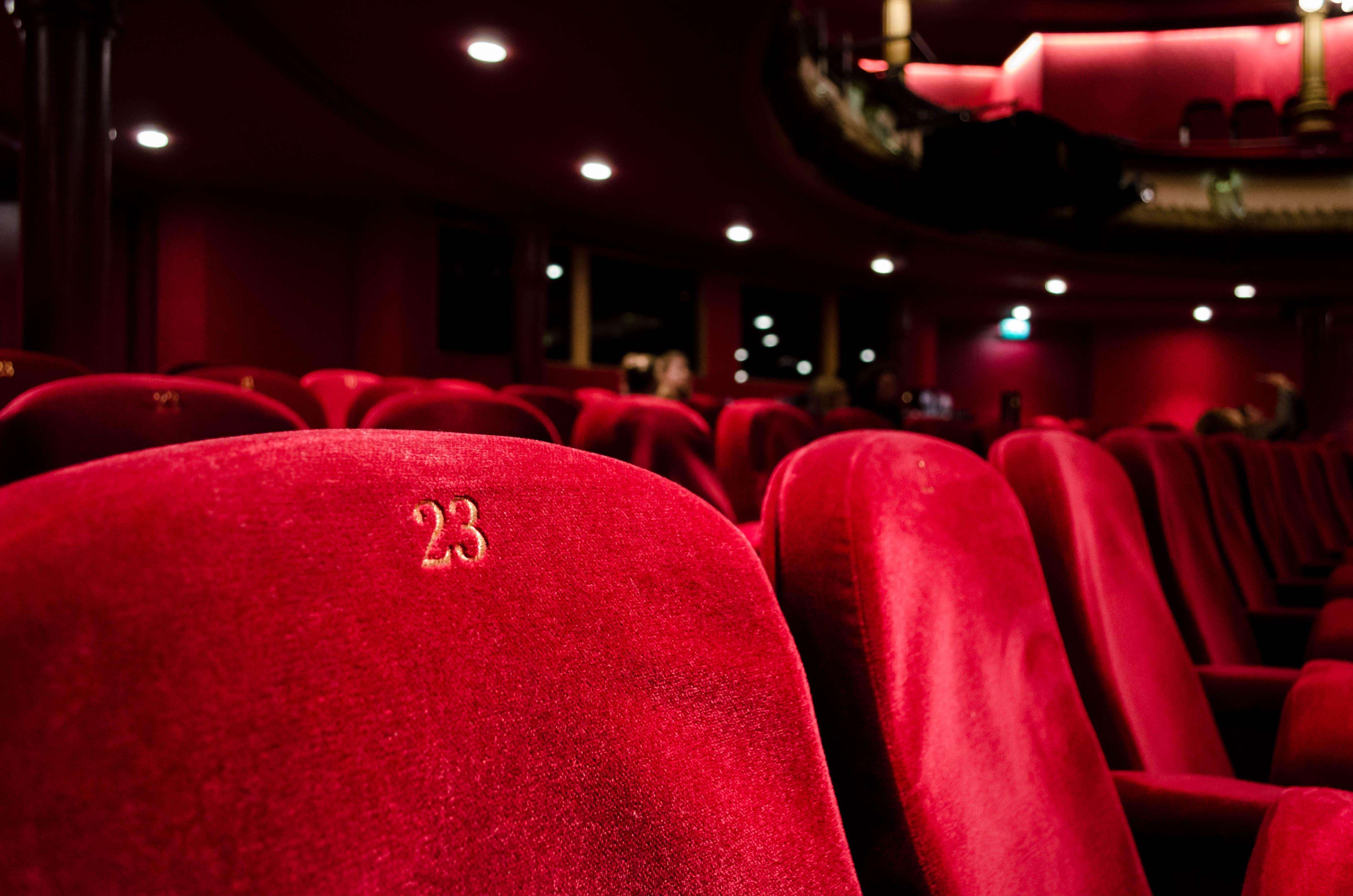 Siège de théâtre et cinéma rouge portant le numéro 23.