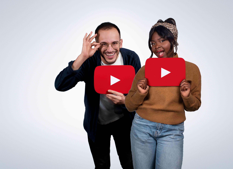 Un homme et une femme tenant chacun le signe Play de YouTube.