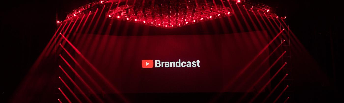 Scène éclairée de rouge, avec le logo Brandcast.