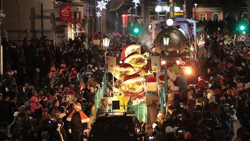 Kerstparade - La Parade de Noël - die Weihnachtsparade van TWICE groot succes!