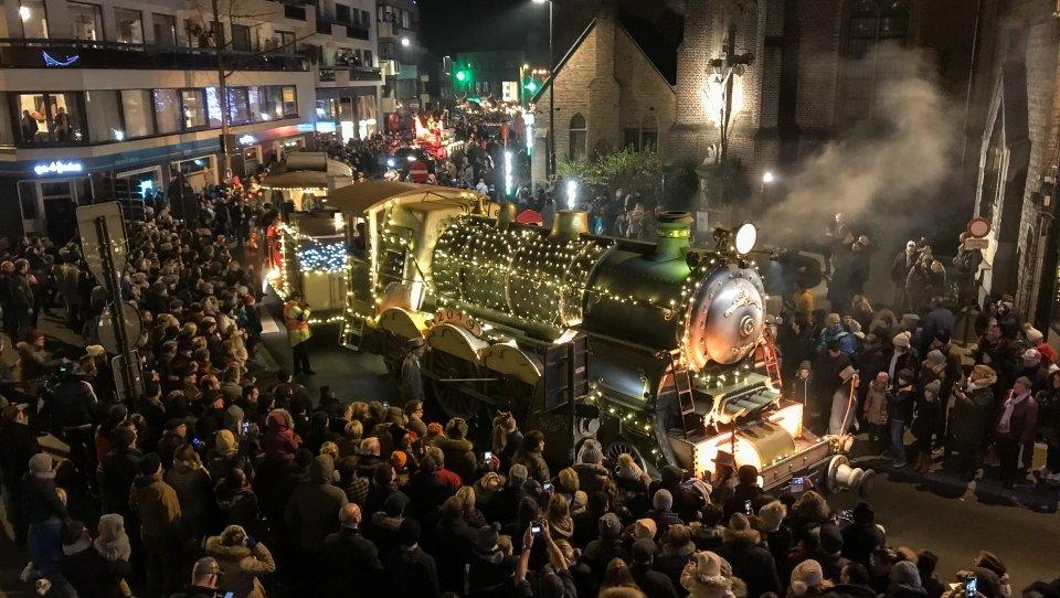 TWICE bezorgt 250.000 mensen een magische Kerst & viert de 100ste parade in thuisstad!