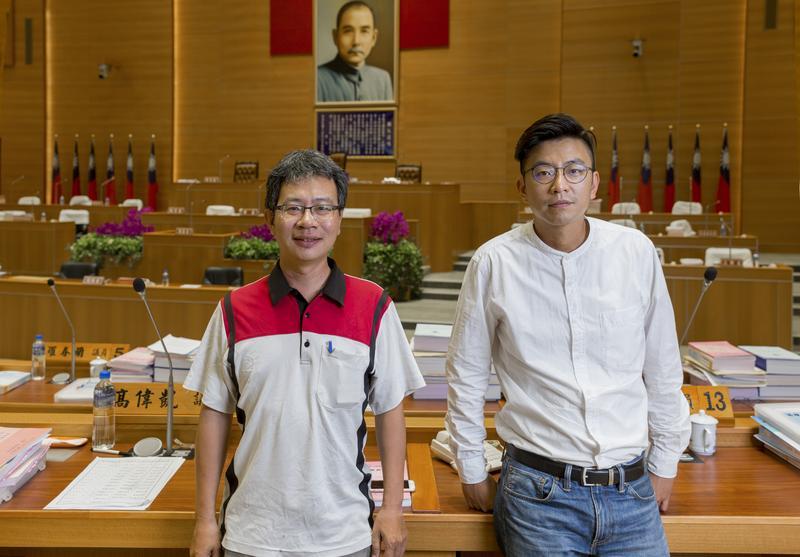 新竹議員的政治自殺,能喚回居住正義嗎。高偉凱(左)和周江杰想要辭職表示對提案負責。(攝影/吳宜靜)