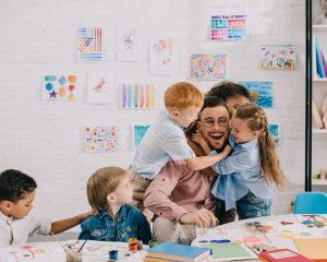 alumnos abrazando profesor