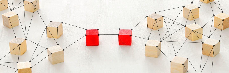 cubos de madera enlazados