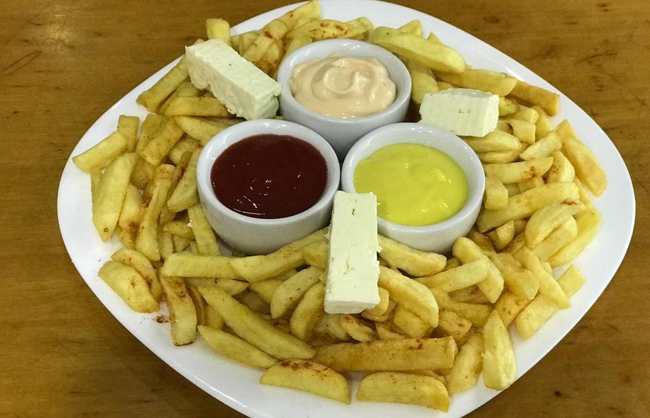Patate të skuqura me djathë dhe salca