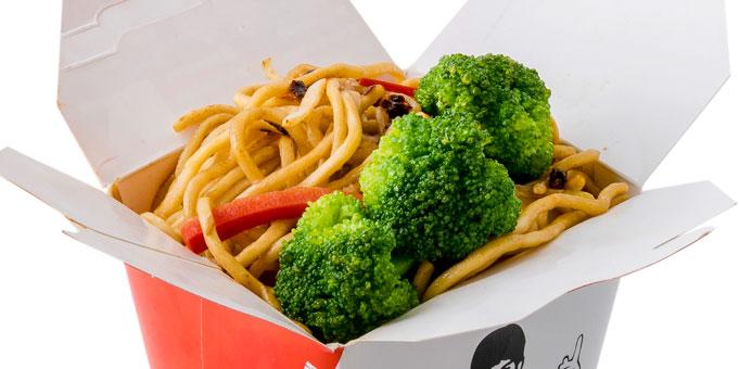 Noodles, brokoli, salcë, fasule të zeza