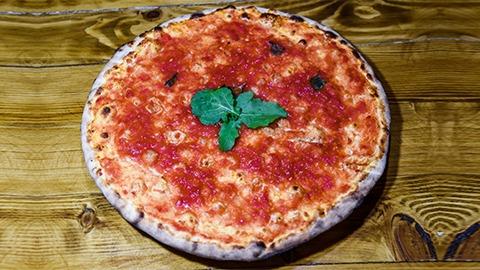 Salcë domate, thajm, borzilok, acuge, hudhra, vaj ulliri. Pizza bëhet me brumë pa maja në furrë druri