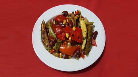 Speca të kuq, fasule të kuqe, misër i zi, peshk ton, kripë, piper, vaj ulliri, uthull balasamike