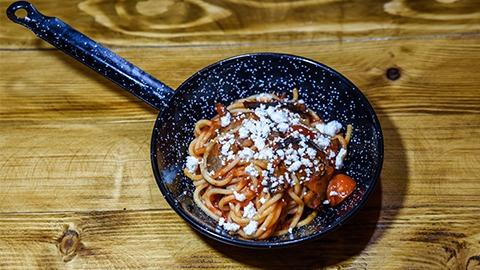 Pasta spaghetti, patëllxhan, hudhra, majdanoz, salcë domate, djathë ricotta