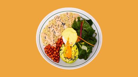 Kinoa, salcë kërpudhash umami, kerri qiqrash, avokado, lakra sote me salcë susami, vezë poshe, salcë hollandeze