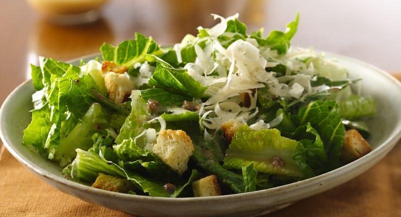 Sallatë jeshile me misër dhe pule ne salcë Cezar