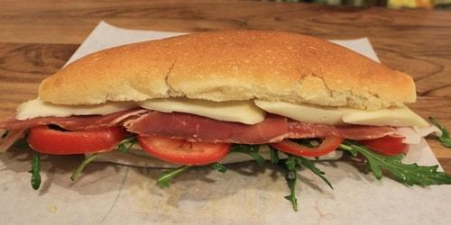 Speck, djathë Cacciota me arra, domate, rukola