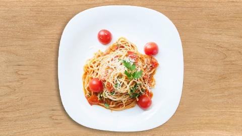 Spageti, pomodorini, salcë napoletane, gjalp, vaj ulliri, majdanoz, parmigiano
