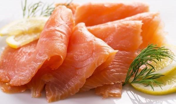 Salmon i marinuar me erëza dhe limon
