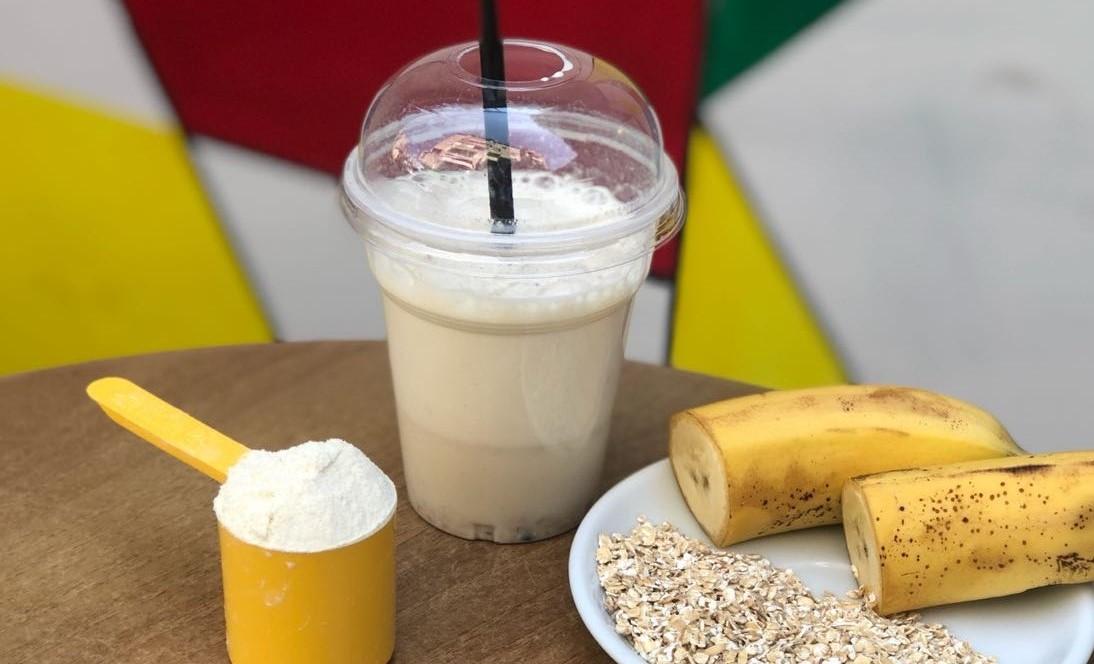 Shaker proteinë me bazë qumështi, banane dhe tërsherë.