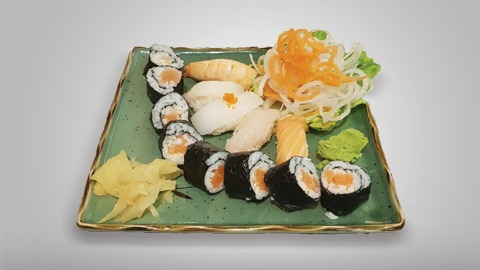 Mix sushi with tuna, salmon, tiger prawn, squid, crabstick, octopus