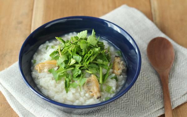 只需這兩樣!簡單美味的「蛤蜊水芹雜炊粥」
