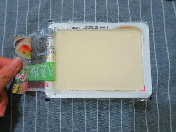 善用這個小工具,就可以輕鬆的把盒裝豆腐包裝膜撕開!廚房實用小技巧分享