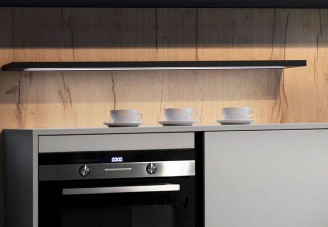 Houten keuken met zwart blad